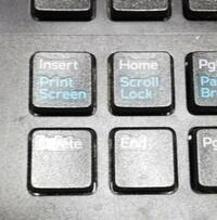 プリントスクリーンの仕方を教えて下さい。  windows10で、DELLのデスクトップです。  プリントスクリーンとInsertが同じキーなのも以前のパソコンと違います。 このキーを押しただけでは プリントスクリーン出来ません。 AltやShiftを一緒に押しても出来ません。 ご教授お願いしますm(__)m