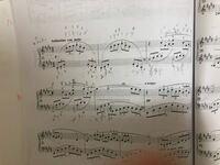 楽譜の読み方に関してです。 ピアノ初心者なのですが楽譜の読み方に困ってます。この曲はアラベスク第一番なのですが、3小節上段から4小節上段にかけての入れ子状になっているスラーの弾き方に納得がいきません。...