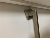 室内ドアの台座が動きます。 ドアノブを引くと5ミリ程度手前に動いてしまいます。 これは、ドア交換より初期から異常があり ハウスメーカーとドアメーカーの方に見てもらったのですが、構造 上動いてしまうと...