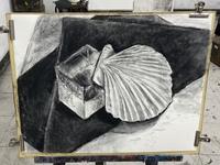 絵(木炭デッサン)のアドバイスをいただきたいです。 初めて木炭デッサンというものをやってみました。2時間しか無かったので、木炭というものがどのようなものなのかよく分からないまま2時間 でここまで描きました。透明なキューブはまだ描き終わってませんので、ホタテと下にひいた黒い画用紙についてアドバイスいただけると嬉しいです。 私が思うに、木炭というものをよく理解してないと思うので、もう少し調べ...