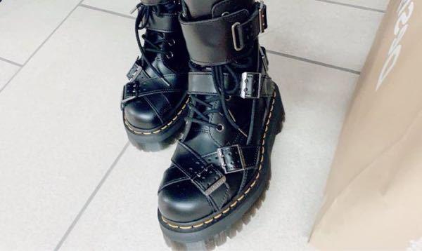 この写真の靴がどこの物なのかわかる方教えてください!
