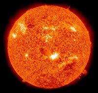 太陽は何色ですか? 太陽はとても高音の星なのでや青白い惑星なのかなと思いますがよく見かける(下記記載)太陽の画像は赤色ですよね? 赤色は低音の星の色だと思うのですが実際何色なのでしょ う?低音の星は特に赤色や黄色の光(波長)を多く発するため赤色に見えると聞いたことがありますが太陽はかなり高温なのに何故赤色なのですか?