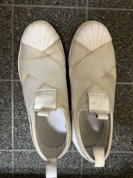 スニーカーに詳しい方教えてください! 画像の汚れはどうしたら落ちますでしょうか‥? ゲキ落ちくんスポンジに水を含ませて少し拭いたのですが、なかなか落とせず。。 汚れは砂です。 宜しくお願いします。
