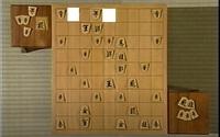 【詰将棋】ここからどう詰ますのか教えてください 羽生VS丸山戦の一局なのですが、ここからどうすれば先手が後手玉を詰ますことができるのでしょうか?先手番です。  ちなみに左上の向きが逆の銀は後手の駒です。
