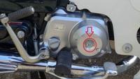 カブ90エンジン、キック側の真ん中のボルトは何でしょうか? スーパーカブ90ccのエンジンですが、キック側にあるエンジン軸の中心にあるボルトとナットは何でしょうか?  実は、この軸を止めてあるナットが錆びているので、このナットを緩めて外して交換しようと思っています。 軸ネジの真ん中には、マイナスの溝があるので、何かの調整軸ではないかと思います。 普通にナットを緩めて外して、新しいナットに交換...