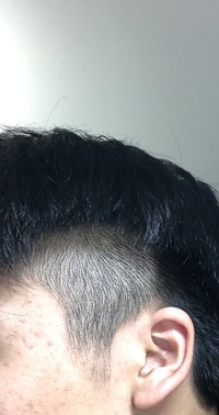 先日理髪店に行ったのですが、ツーブロックでサイドは髪を被せるつもりがこんな髪型にされてしまいました。 この状態からワックスなどで応急処置などは出来ますか?