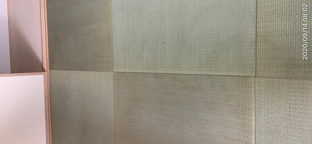 い草の畳(新品)について教えてください。 畳の表面に斑があり所々擦れて汚れた感じに見えます。畳の目も擦れた様な所とそうでない所が混ざっていて、畳によっては淵の色が薄くなっているものも有ります。新...