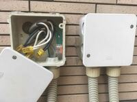 カーポートへの屋外電源 近々、カーポートを設置します。 そこで照明設置も検討していますが、屋外には屋外コンセントと添付のものが付いています。 ちなみにコンセントはカーポートから少し遠い位置に、添付のも...