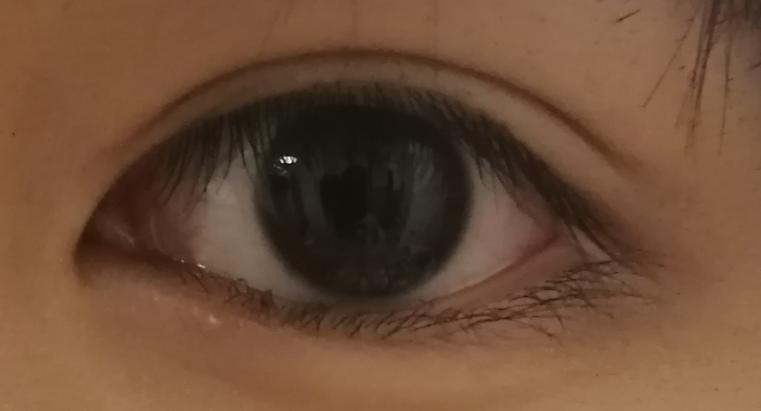 この目は三白眼気味ですか?