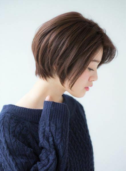ヘアスタイルについて質問です(女)。 現在鎖骨下くらいまでの長さがあります。前髪は頬下辺りまでありセンターパートにしています。 仕事中は髪をまとめる必要があり後ろで結んでいますが、輪郭ががっしりベース型で顔のサイドを出したくない為、耳より前の髪を残して結んでいます。そのサイドの髪が今は鎖骨近くまで伸びていて、残すと不衛生に見えるので、前髪と同じくらいに切りたいと思っています。 以前似たよ...