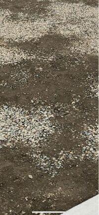 駐車場のもともと砂利を引いてあった場所をコンクリートにするのですが、写真の状態で枠を作りワイヤーメッシュを入れてコンクリートを流すようです。 見た感じ、もともとあった砂利を取り除いて転圧しただけのよ...