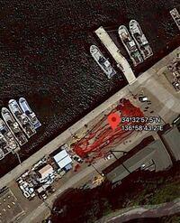 グーグルマップにて以下の座標 (34.5493065, 136.9786780) 三重県神島の航空写真を見ますと、港の様なところで大量の血液が流れている様に見えます。 一体何をしているのでしょうか?