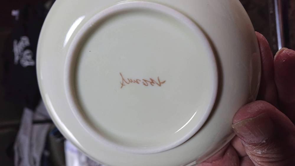 画像の小鉢の裏印が何焼きか、窯元は何かわかる方いらっしゃいますでしょうか? 達筆すぎて当方ではよくわからないので質問させていただきました。