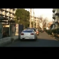 あたしンちのアニメのエンドロールにて、このひとコマがあるのですが、この中央にある白い車の名前が分かりません。知ってる方いませんか?? 放送終了後も謎が残ったままです。
