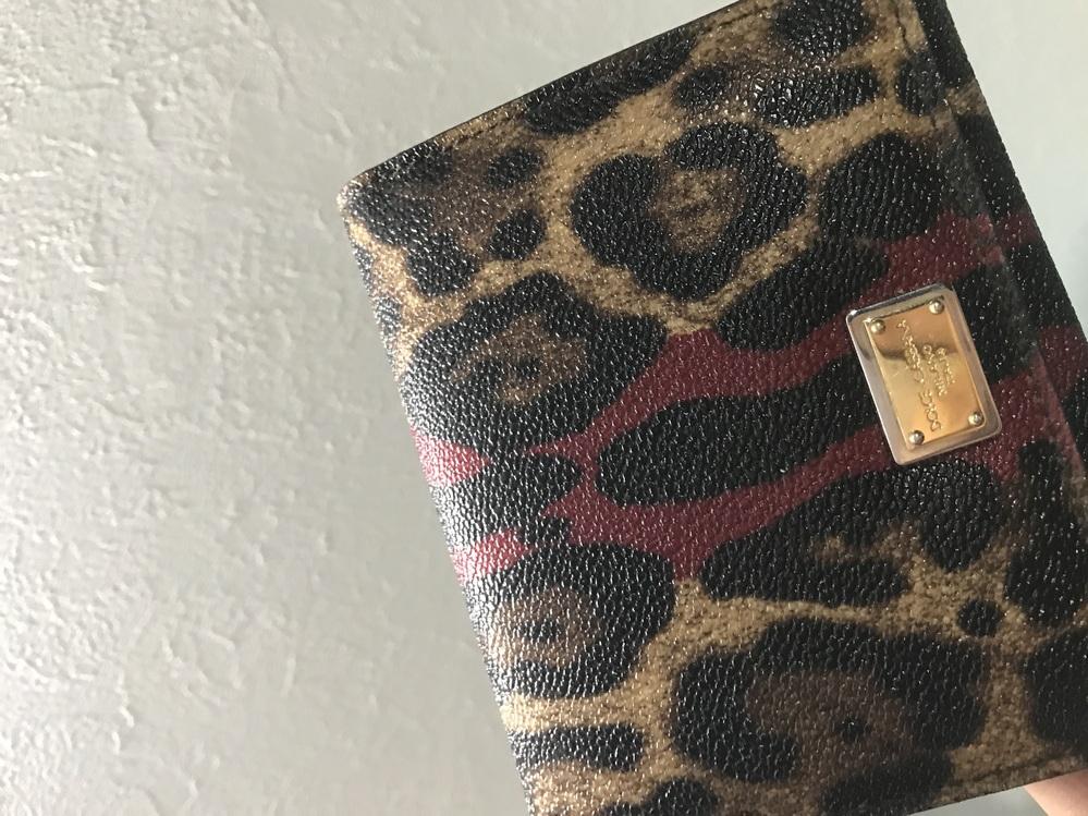 ドルガバのこの財布って何年に発売されたデザインですか? ドルチェアンドガッバーナ ヒョウ柄 赤Dolce&Gabbana ドルチェ&ガッバーナ