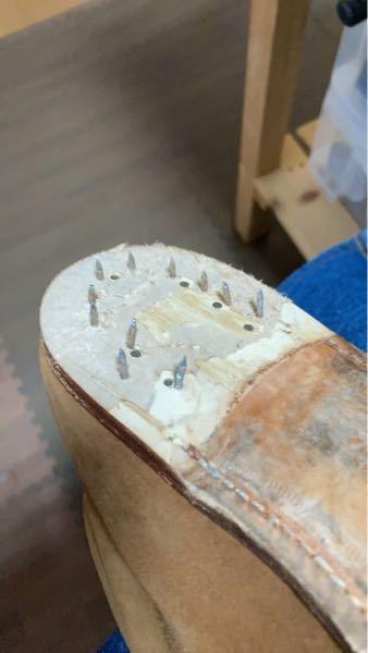 靴のオールソールをしようと思いヒールを剥がしたら、中打ちのスクリュー釘が割としっかり目に打ち込まれていました。これってどうやって抜くのがいいのでしょうか?釘抜きもうまく入らないですし、ハンマーで...