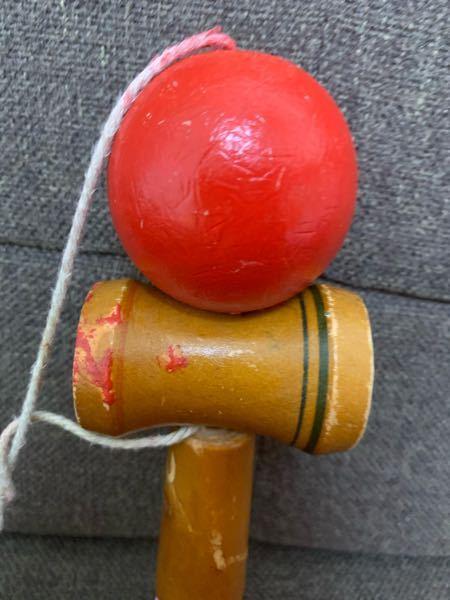 このタイプのけん玉で世界一周とか出来ませんよね?やるとめちゃくちゃ紐が絡まります。普通のは真ん中に穴がありそこに紐がかかっているタイプだと思います。