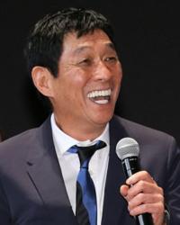 訂正箇所や付け加えを教えてほしいです。 Il s'appelle Takafumi Sugimoto. Il a 65 ans. Il est japonais. Il est célibataire. Il habite à Tokyo. Il est un comédien japonais.  Sur la photo, c'est un homme. Quand il rit, s...