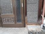 玄関右下の部分が剥がれてきており自分で補修しようと思うのですが(予算がないので)、これは何を使ってどう補修したら良いでしょう? 名称も不明のため調べられず。。 名称も教えていただきたいです。