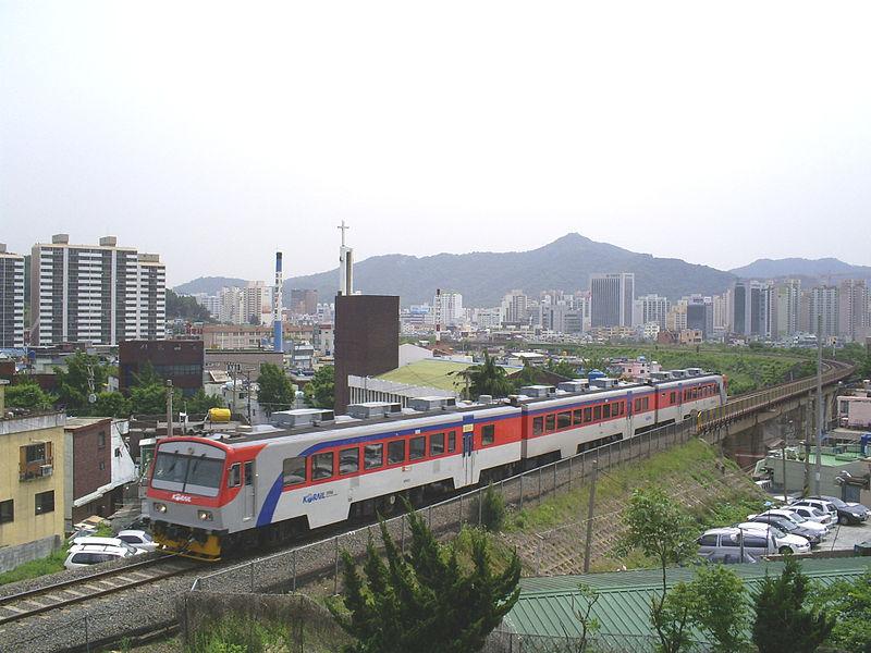 韓国はローカル線を全廃しました。 数年前まで写真のような単線非電化の普通列車の気動車が走っていましたが、韓国全土から一斉に姿を消しました。理由はローカル線の大規模な線形改良による高速化です。日本...