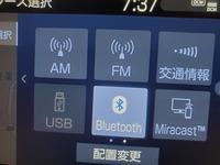 カローラツーリングに搭載されているディスプレイオーディオで、USBメモリに保存されている音楽を聴こうと思ったのですが、 写真のようUSBの欄だけ暗くになりUSBが選択できません。 これはそもそもUSBに対応していないということなのでしょうか?それとも設定によるものなのでしょうか?教えてください。