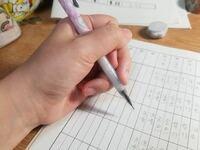 ペンの持ち方と年代について 私のイメージでは、30-40代以上の方で、ペンの持ち方が悪い人は滅多にいないっていうイメージなんですけど、現代の30代以上の方(特に女性)で、私、ペンの持ち方悪い(--;) って方いま...