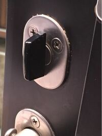 勝手口の鍵に取り付けるレバーなどってあるのでしょうか? 検索してみましが、見つける事が出来なくて。 冷蔵庫の背面と重なって鍵がしにくいので、レバーの様な取手があれば便利だなと思いまして。