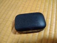 イヤホンケースの劣化でしょうか? Totemoi H01のBluetoothワイヤレスイヤホンを使用しています。 寝て起きたら、ケースが網状(?)のぼこぼことした状態になっていました。気持ち悪いです。昨夜寝るまでは購入時と...