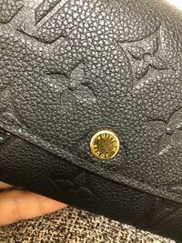 買ったばかりのluisvuitton財布の傷 これくらいは普通でしょうか??  品切れでお取り寄せした財布が 昨日届きました。 真ん中の金具部分に小さい傷などが目立ちます。   自分的には新品で傷が入ってるのはなんだかいやだなーと思いましたが、 LUISVUITTONでは手作業?なので 仕方ないor普通なのでしょうか??  ヴィトンを初めて買ったので詳しくなく... 詳しい方お教えいただけた...