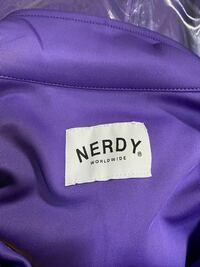 """閲覧ありがとうございます。 こちらメルカリにて購入したNERDYのジャージ上なのですが、正規品と比べて""""NERDY""""の字が細く感じるのですが、偽物ですか?お持ちの方いましたら見比べてもらってもよろしいでしょうか。"""