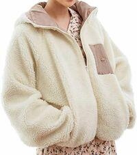 去年の冬はボアコートを着ている人を街中でよく見かけました。可愛いなと思ったので自分も購入して着ていました。 今年もボアコート人気は続きますかね?せっかく購入したし温かいので流行遅れに見られなければ今...