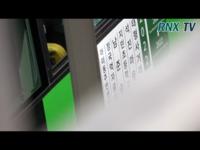 10月1日にBTSがロケバスのようなものに乗っている動画で、バスの横に貼ってある文字が何度も撮影されています。 ハングルなのですが一体何と書いてあるのでしょうか?  https://youtu.be/bR01x6vJHDE
