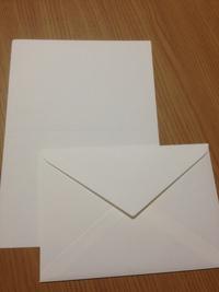 画像の商品名をご存知の方いらっしゃいませんか? 立川のLoft(2019年に閉店)で買ったもので、画像の便箋(便箋というよりメッセージカードの用紙に近い)と封筒はクリーム色で厚手のしっかりした用紙です。 色も何種類もあり、用紙のサイズもあと2、3種類あった気がします。 サイズごとに仕切られた専用の棚があって、そこから1枚ずつとることができます。立川店ではバラ売りでした。 商品自体にバー...