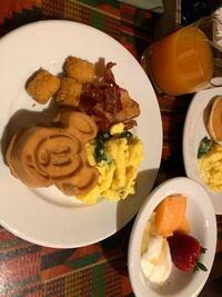 2年前にWDWに旅行に行ったときに飲んだ飲み物が美味しくて忘れられません。 アニマルキングダムロッジに泊まり、ホテル内にあるBOMA(ボーマ)というビュッフェ式のレストランに行きました。 席に座るとすぐにウェイトレスの方がトロピカルジュースのようなオレンジ色の飲み物を持ってきてくれました。 一口飲んでみると、美味しくて美味しくて! すぐに飲み干しました。 コップが空になると、ウェイトレスの方...