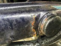 スーパーカブのフレームからタイヤを支える支柱(サスではないです)の部分がサビで穴が開いています。(写真) 反対側も同じようにサビによりヒビが入っていて、正直こわいです。 ここを直すとしたら板金、もしくは...