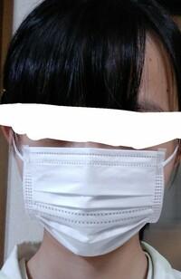 このマスク他の人から見たら小さく見えますかね…? 百均で買ったこどもサイズ(約125mm×95mm)のやつです。 ご回答よろしくお願いします。