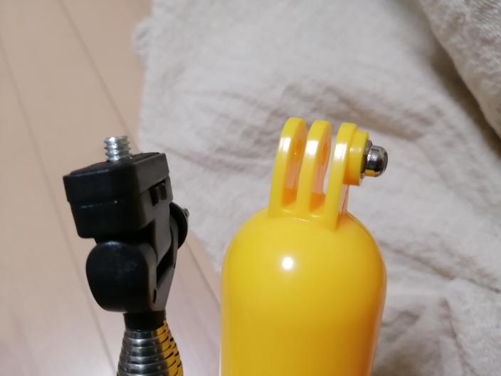 GoProについて、付属品をいろいろ揃えてみたのですが、カメラ本体と取り付ける部分が付属品によってそれぞれ違っています。 黄色のほうはカメラ本体と取り付けることができるのですが、黒色の丸ねじが飛...