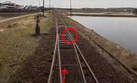 鉄道のポイントに詳しい方! 回答ください!  Youtubeで前面展望の動画を見ていて、アレ?って気づきました。 ポイントが切り替わってないんです! これは事故につながらないんですか?  見ていて、うわぁ、危な...