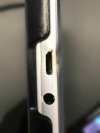 ASUSのタブレットのZenPadのZ380KLの充電口が朝起きたら以下の様になっていました。これは新しいのを買うべきでしょうか?また修理に出した場合はバッテリー交換になるのでしょうか?また修理代はいくらになりま...