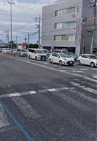 道路交通法で違反になるかどうか教えてください。 写真のような場所、アクアの前は交差点で停止線があります。 赤信号時2台目のヴォクシーの横から右折して転回(Uターン)するのは違法ではないですか?