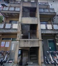 この建物はなんでしょうか? グーグルマップで調べても建物名ものっておらず、住民がいるのかさえ不明。 同潤会アパートかと思うくらいの建物ですが、そうでもなく。  ご存じの方いましたら教えてくださいませ。 ...