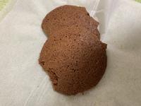 マカロンを作ってみましたが、クッキーみたいに硬くなります。 チョコレートカカオさんの動画を参考にして作りましたが何がダメだったのでしょうか?絞って乾燥させる時にどんどんおっきくなって行く原因と、1時間半置いても乾燥しなかったのでそこで焼いたのがダメだったのが原因?