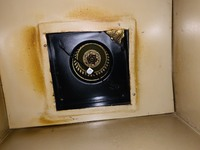 換気扇の取り外し方 この換気扇を掃除したいのですが、取り外し方が分かりません。 1Kの安い賃貸でたぶんシロッコファンだと思います。