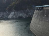 これは黒部ダムです。 上に穴空いていますが ここから水が出たことありますか?