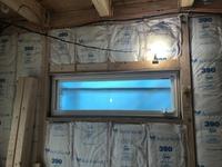 旭ファイバーグラスのグラスウールが断熱材として施工されていますが、 この施工は雑でしょうか? 特に窓の下部分の断熱材は隙間できているようにも見えます。