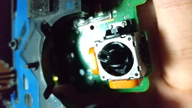 PS4コントローラーのスティックの修理について質問します。 先程踏んづけて左スティックが曲がったような感じになっています。(写真) 右はヌルヌル動くのに左はゴリゴリしてます。 直し方わかる方おら...