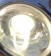 ヘッドライトでの質問です。 昼間は気にならないのですが夜間ライトを点灯するとこのような模様ができます。  同じ車種を参考にして見たのですがやはり自分だけこのような模様が浮いてきます。  明らかにレンズがくもっているような感じもするのですが洗車時にライトの表面をキレイに洗っても結果は同じです。 やはり内部なのでしょうか?  レンズが焼けてこのようになってる場合もあるのでしょうか?  初心者でも...