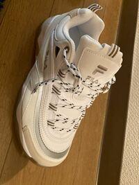 FILAのスニーカー、これメンズだと思って買ったらレディースだったんですけどメンズが履いてたら変ですか? サイズは大丈夫で、見た目の問題です、、、
