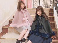 このポンチョコートどう思いますか?? 大学1年生です!(19歳) ピンクの方みたいなのを買おうか迷っているのですが、この歳じゃ子供っぽいですか?  一般的にはぶりっ子に見えますか?  可愛い系の服を着ている女...