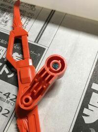 ガンプラのパーツがこのように折れてしまいました。中で折れている軸を取り出したいのですがどうすればいいですか?